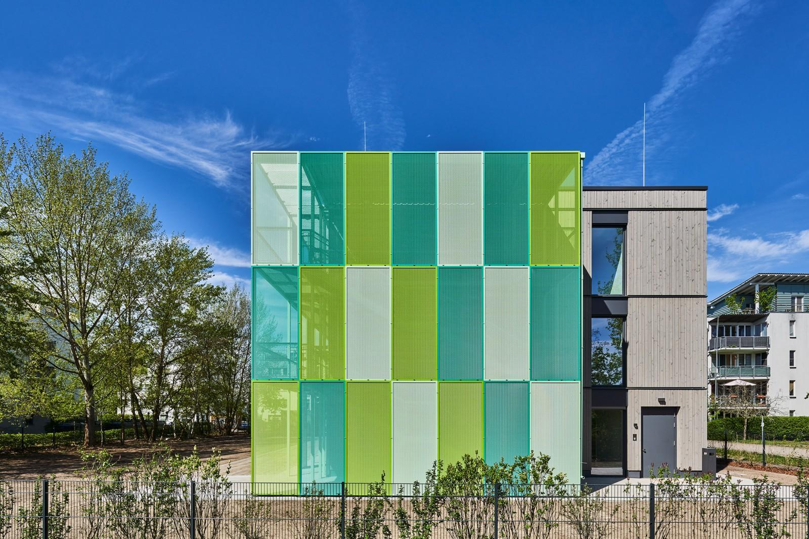 Fassade mit Sonnenschutzelementen